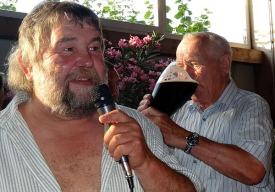 Während Adolf den Stiefel antrinkt, gibt Hobby-Brauer Lothar Stark Infos zu dem nach alter Tradition gebrauten Bier.